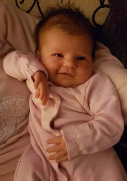 Бебе с розови дрехи