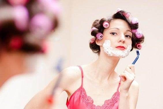 Жена със самообръсначка