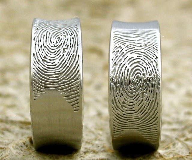 сватбени пръстени с гравирани пръстови отпечатъци
