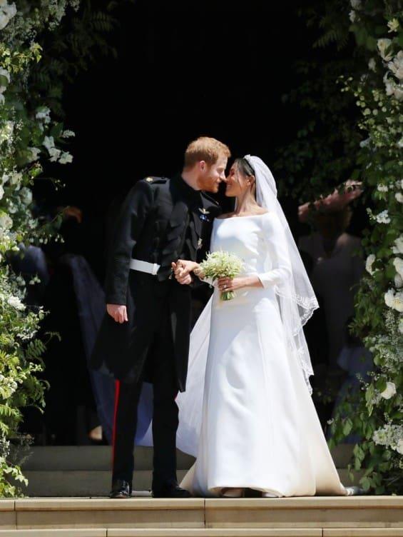 Първата целувка на Меган и принц Хари като съпруг и съпруга (Снимки)
