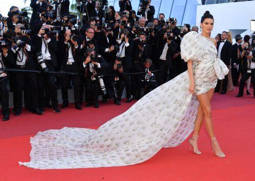 Най-поразителните рокли на червения килим през 2017 година